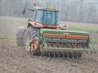 semis de l'herbe avec des massey ferguson